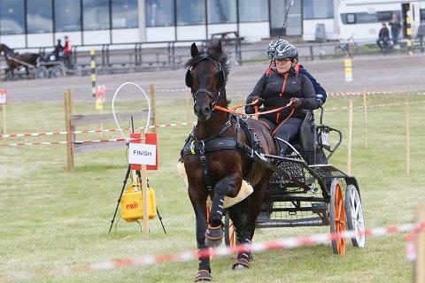 PALLEN: Jeanette og hesten Penlangrug Black Knight tok tok bronsemedaljer på Bjerke Travbane.