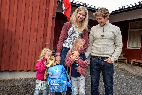 SPENT: Lycke Langerud (6) var veldig spent da hun sammen med foreldrene Christine og Trond Erik Langerud, og lillesøster Locise (3) hadde sin første skoledag på Hvarnes skole denne mandagen.