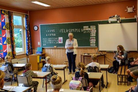 TRENGER SKOLEN: FAU-leder Ida Wiig er klar på at Hvarnes som bygd trenger sin skole. Bildet er fra første skoledag på Hvarnes skole i år.
