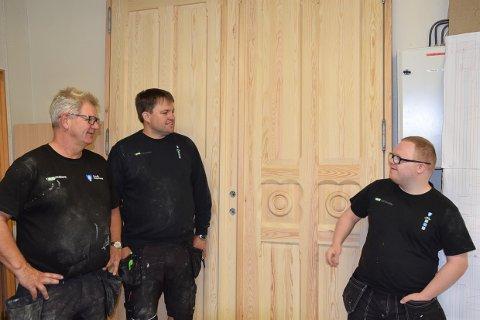 SNART FERDIG: Øyvind Fjeldstad, Jarle Breivik og Emil Sørensen er stolt over den flotte døren de har laget til Festiviteten.