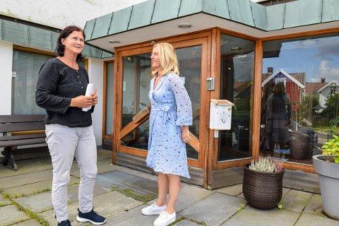 OPPGITT: På Larvik læringssenter sitter tillitsvalgt Mona Tegle og verneombud Monica Kreken-Randsted og håper politikerne godtar en avtale som sikrer de et levelig arbeidsmiljø.