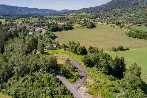 SOL OG LUFT: Hole boligområde ligger høyt og fritt til, rundt en halv kilometer nord for Svarstad sentrum. I forrige uke ble den nær 22 mål store tomta lagt ut for salg.