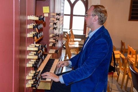 ORGEL: Wilhelm Sollie spiller orgel i Larvik kirke under konserten