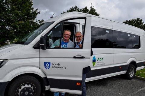 KJØRER: Audun Auby ved AOK og ordfører Rune Høiseth lover at tre store minibusser skal gå i skytteltrafikk til og fra kyststien hele søndag. Så du kan bli med utpå dagen også hvis du vil.