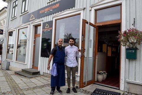 BYR PÅ MER: Eier og kokk Joginder Singh og  sønn og daglig leder Rishav Thakur åpner nå for lunsjservering i den populære indiske restauranten på Torget.
