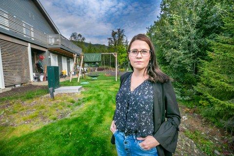 VONDE LUKTER: Flere ganger har kloakklukt kommet inn i boligen til Camilla Slaatbråten og familien. Hun ber utbygger rette feilen. - Vi ønsker jo bare å bo i huset vårt og leve livene våre, sier hun.