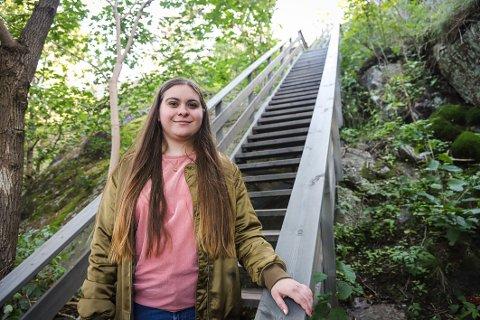 UFRIVILLIG BARNLØS: Emma-Julie Johannessen-Bjørsvik (21) står midt i prøverørsbehandling og skal dele drømmen om å bli mamma på snapchat.