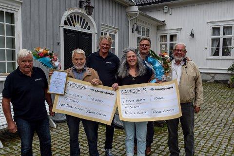 PRISDRYSS: Fokus Larvik med Ole Gustav Strand, Kjell Johnny Eftedal, Alf Langseth og Lasse Midtvik ga hederspris til Per Thorstensen og Hilde Borgir.