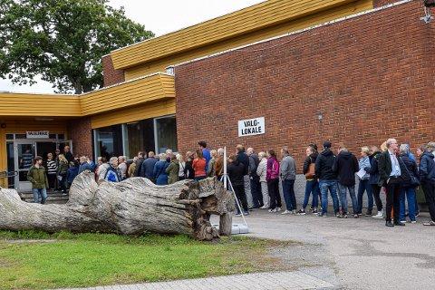 SØNDAGSKØ: For to år siden var det mange som valgte å benytte seg av muligheten til å gjøre sin borgerplikt på den første av to dager i Larvik.