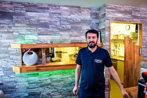 MULIGHET: Memet Erdem (45) driver Tjøllinggrillen og har kjøpt Mestern Bowling vegg i vegg. Nå ser han nye muligheter.