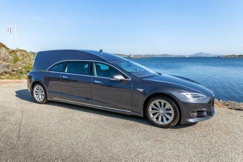POPULÆR BILANNONSE: Denne Tesla begravelsesbilen, som har fått over 300 000 visninger, er blant de mest sette og populære FINN-annonsene i 2019.