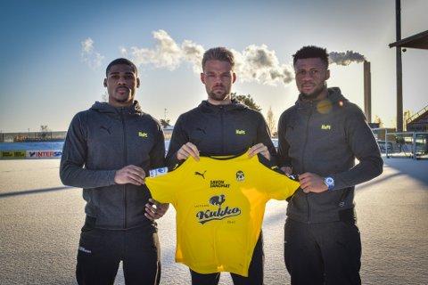 TRIO: Mats Haakenstad ble presentert som en av tre nye signeringer for den regjerende finske seriemesteren Kuopion Palloseuralle (KuPS) fredag. Her er han flankert av de to andre, Bruno Rodrigues og Aniekpeno Udoh.