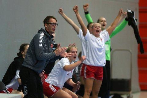 Stortrives: Lars Wallin Andresen trives godt i sin rolle som trener for Larvik HKs rekruttlag. Her jubler han for ett av målene da Gulset ble slått 29-24 hjemme i Jotron Arena mandag ettermiddag.