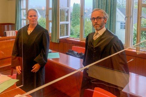 VANT FRAM: Aktor, politiadvokat Lise Dalhaug, og bistandsadvokat Christoffer Arnø i Skien tinghus under rettssaken mot bussjåføren.