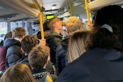 UHOLDBAR SITUASJON: Slike tilstander på bussene er det siste ordførerne i Vestfold og Telemark ønsker å oppleve. Nå ber de innstendig fylkeskommunen ta grep for å sikre en trygg kollektivtransport for alle.