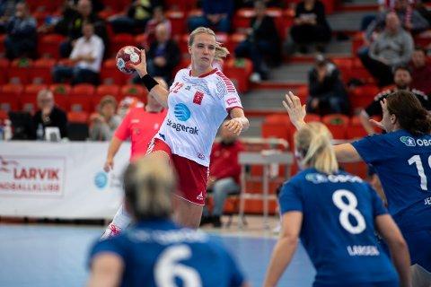 TOMT: Hanna Åhlén og resten av Larvik HK må spille for tomme seter mot Fana søndag.