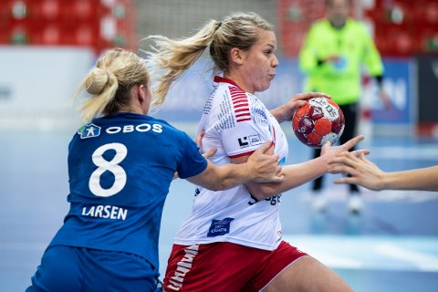 EGENTRENING: Anette Sundfær Johnsen, her i en kamp mot Oppsal i oktober i fjor, må nå belage seg på å trene alene fram til 6. april. Hva de trener mot, vet de ikke helt ennå...
