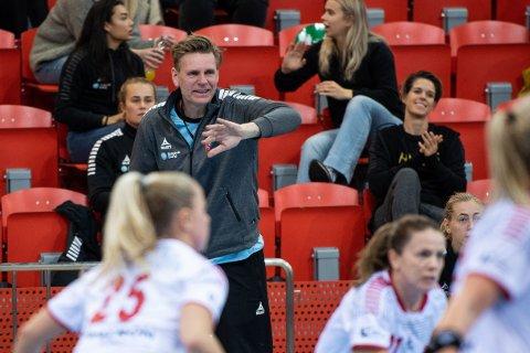 LHK-trener Are Ruud venter på en avklaring om det blir 14 dagers pause i eliteserien i håndball. Da blir det neste tre måneder siden forrige LHK-kamp når en ny kan spilles.