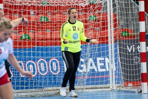 UT MED SKADE: Alma Hasanic Grizovic måtte ut med en kneskade da Larvik møtte Fredrikstad søndag kveld. Keeperen skal på MR-undersøkelse en av de første dagene, sier fysioterapeut Håvard Smestad.