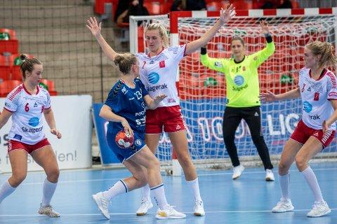 «HØYT TAP»: Elinore Johansson har med sine 180 centimeter vært en viktig brikke for Larvik HK både i angrep og forsvar. Neste år spiller hun for Storhamar.