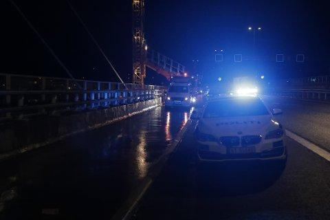 KOLLISJON: En trailer kjørte inn i en putebil på Farrisbrua torsdag kveld.