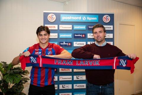 NY FRAM-SPILLER: Julius Myrbakk er Frams nyeste tilskudd. Her sammen med sportslig leder Jostein Aksnes.