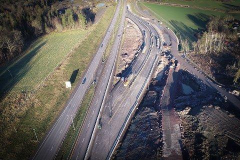 OMLEGGING: Nordgående løp av omleggingsveien (lengst til høyre i bildet) åpnes mandag 30. november.