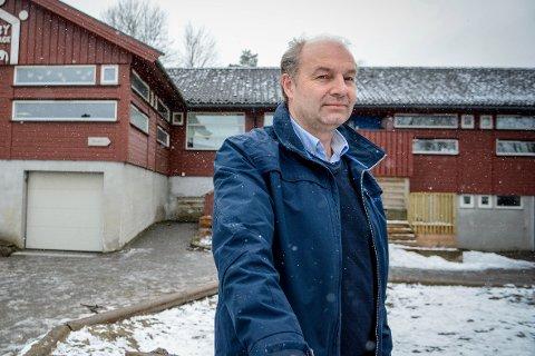 LOVBRUDD: Olaf Holm reagerer sterkt på kommunestyrets vedtak om å utsette utbyggingen av omsorgsboliger i Kvelde. – Dette har vært lovet siden 2012. Slik kan vi ikke behandle innbyggerne våre, sier gruppelederen for KrF.