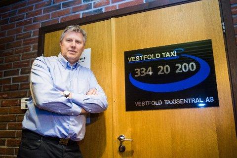 FULL DRIFT: Daglig leder i Vestfold Taxisentral AS, Erik Horn har innkalt alt han har av operatører på sentralen og sjåfører til byens drosjer for å ta unna alle kundene på nyttårsaften.
