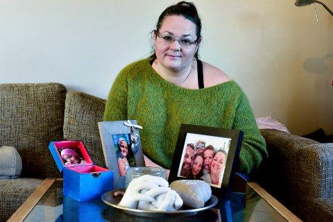 KJÆRE MINNER: Gipsavstøpningen av de tre søsknenes hender, familiebildet, bildet av Thuva og godteriboksen hun lagde de siste dagene hun levde. Mamma Mari Brurberg er glad de tok så mange bilder.