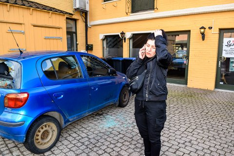 OPPGITT: Desirée Jahns fant bilen sin knust av vandaler søndag morgen, midt i sentrum. Oppgitt må hun begynne prosessen med forsikring og politi.