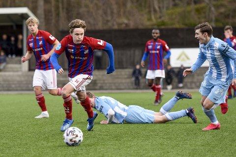 Klar for Fram: Jakob Maslø Dunsby, med en fortid i Nøtterøy, Sandefjord Fotball og Helsingfors IFK, har signert en toårskontrakt med Fram Larvik. Her er 2000-modellen i aksjon for Fram mot Follo i treningskampen forrige søndag.