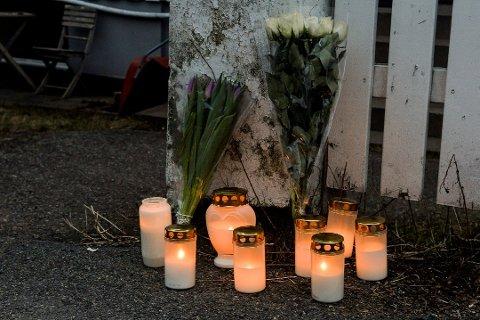 SØRGER: Flere hadde tent lys ved åstedet mandag kveld.