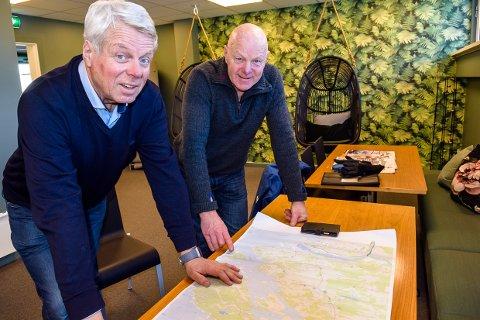 UTFORDRINGER: Ola Leinæs og Tom Egil Thorstensen ser mange store utfordringer rundt etableringen av kyststi i Tjølling. Men de tror det meste kan løses over tid.