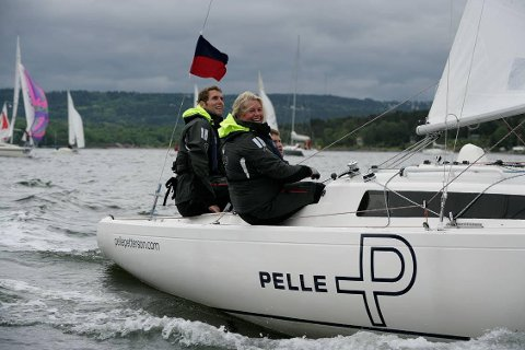 PÅ REGATTA SAMMEN: Her er eksadvokat Alexander Hesselberg og hans sekretær Elin Killi, som han lånte penger av, sammen på hennes båt under Færderseilasen i 2009. Det var før forholdet surnet da Hesselberg ikke betalte tilbake det han skyldte sekretæren.