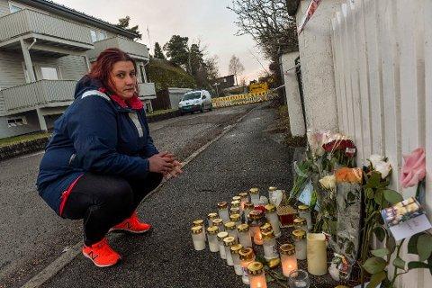MINNES: Silje Renate Johansen (34) er tilbake på åstedet for å minnes sin venninne Thea Halvorsen Braavold (31) som ble drept i helgen. Foto: Atle Møller