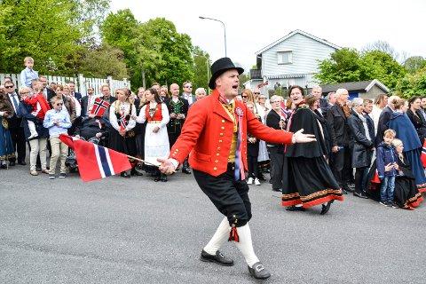 LOVER FEIRING: 17. mai-komiteens leder Thomas Løvald nærmest lover at det blir full 17. mai-feiring. Kommunalsjef Guro Winsvold nøyer seg med å håpe.