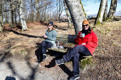 FRISK LUNSJ: Vigdis Amundsen og Gro Mortensen valgte å kombinere lunsjen med en fin tur i skogen.