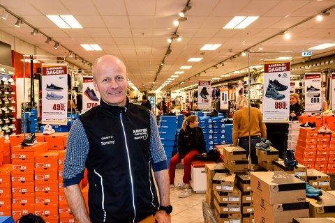 EKSTRA TILTAK: Tommy Bjerkseth ved Albert Bøe Sport og Fritid håper tilbudet de iverksetter nå kan betrygge nervøse kunder.