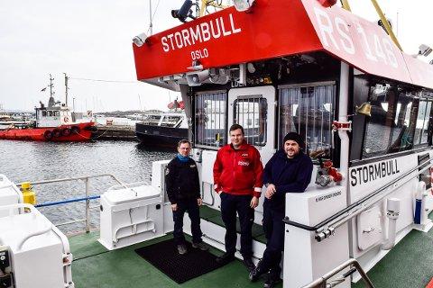 HENSTILLER: Masikinist Jon Frodi Olsen, strymann Thomas Antonsen og skipsfører Ruben Langseth på RS 146 Stormbull håper båtfolket hører på rådet om å bli på land i de kommende ukene.