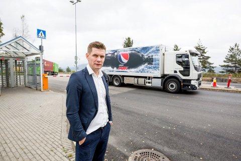 BERØMMER: Kommunikasjonssjef i Ringnes, Nicolay Bruusgaard, forteller at Ringnes er stolte av hvordan de ansatte i fabrikkene står på for at selskapet skal kunne fortsette å levere til dagligvarebransjen. Foto: Tom Gustavsen