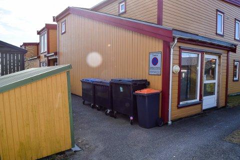 BRANNFARLIG: Lundebakken Borettslag er tilknyttet Rekkevik sykehjem og bør ha fått med seg brannfaren med slik lagring av søppel.