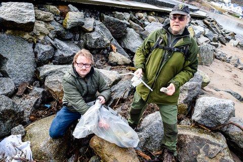 SØPPEL: Leder i Naturvernforbudnet i Larvik, Anders Mæland (t.v.), og tidligere leder, nå styremedlem, Helge Pedersen, finner kjapt en mengde plast i vannkanten. Nå vil de ha din hjelp.