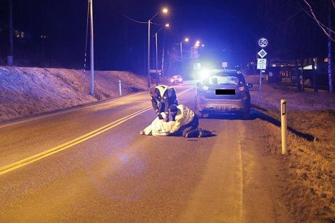 DRAMATISK: Det ble dramatisk da en mann gikk til angrep på politiet etter at politiet hadde håndtert en ulykke ved rundkjøringen på Steinsholt. Her blir mannen lagt i bakken.