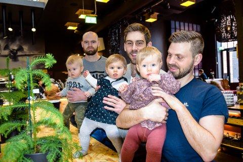 TORSDAG: Joakim Løvald Jensen (30) med Theodor, Vegard Busk (30) med Frida og Lars Ole Dahlstrøm (32) med Selma, er alle klare for pappatreff.