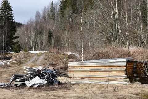 HATT BEFARING: Larvik kommune var på befaring i området rundt Svarstad skisenter 4. mars i år. Kommunen konstaterte at pålegget opp opprydning ikke var etterkommet. Dette bildet er tatt 23. mars 2020.