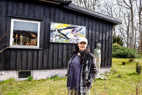 HAGEGALLERI: I egen hage viser Linda Oloey Johannessen sin kunst og endrer utstillingen hele tiden for å glede folk som drar forbi.