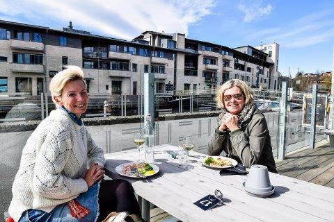 NYDELIG: Janette Habbestad og Cathrine Hansen Just koste seg skikkelig med en lunsj ute i solen da Sanden endelig åpnet igjen.