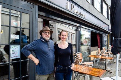 SNART TI ÅR: Marco og Anastasiya Canazza har drevet restaurant i Larvik i snart ti år. – Vi er veldig glad i byen, og håper vi kan fortsette, sier ekteparet.