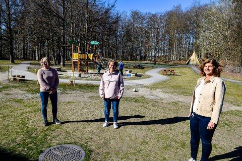 GOD PLASS: Fagarbeider Karin Andersen Bund, styrerassistent Sonja Gundersen og styrer Trine Lise Hvarnes i Byskogen barnehage er ekstra glade for den gode plassen når de nå åpner barnehagen igjen.